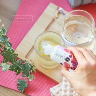レモン水にベースミネラルを数滴の写真・画像素材[4908077]