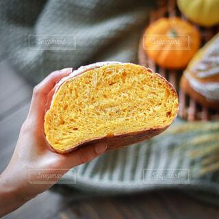 パンを持つ手の写真・画像素材[4924457]