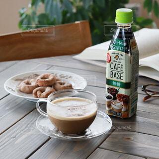 コーヒー,椅子,皿,クッキー,カフェラテ,テーブルフォト,洋書,おうちカフェ,カップアンドソーサー,カフェタイム,ホットコーヒー,メガネ,BOSS,ホットドリンク,リラックスタイム,カフェベース,コーヒーとクッキー