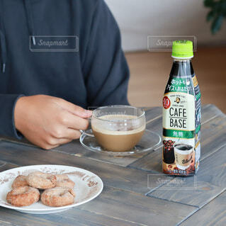 コーヒー,テーブル,皿,クッキー,カフェラテ,テーブルフォト,おうちカフェ,カップアンドソーサー,カフェタイム,ホットコーヒー,ホットドリンク,リラックスタイム,カフェベース,コーヒーとクッキー