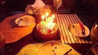 ろうそくに火をつけたバースデーケーキの写真・画像素材[4770864]