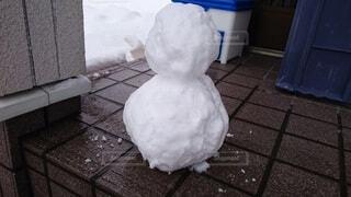 玄関先の小さな雪だるまの写真・画像素材[4770932]