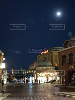 自然,風景,空,建物,屋外,都会,月,明るい,街路灯,街の中で偶然出会った満月、建物を静かに明るく見守る