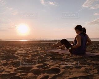サンライズとビーチでヨガをする女性の写真・画像素材[4829205]