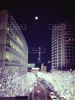 月と東京タワーとイルミネーションとの写真・画像素材[2765352]
