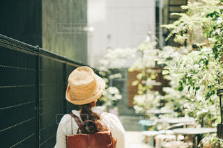 建物の前に座っている女性の写真・画像素材[1232817]