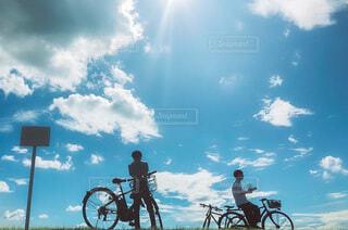 自転車の後ろに乗っている人々のグループの写真・画像素材[4753702]