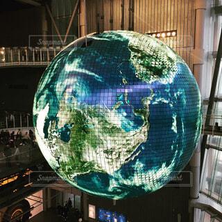 空に浮く地球儀の写真・画像素材[4745652]