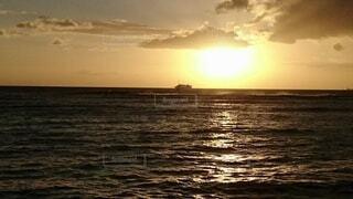 海に溶ける太陽もの写真・画像素材[4858281]