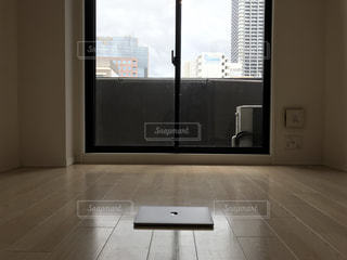 大きな窓の景色の写真・画像素材[923723]