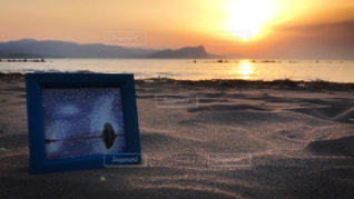 ビーチに沈む夕日とイラストの写真・画像素材[1282678]