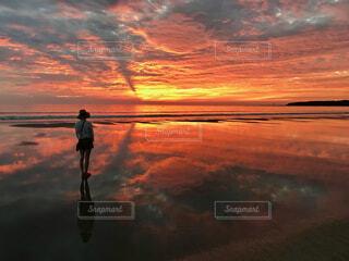 背景に夕日のある男の写真・画像素材[4747840]