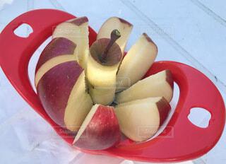 青森弘前のりんご園にて切り立て新鮮りんごの写真・画像素材[4760313]