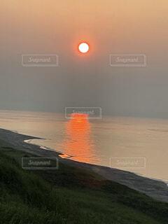 海に浮かぶ夕日の写真・画像素材[4816716]