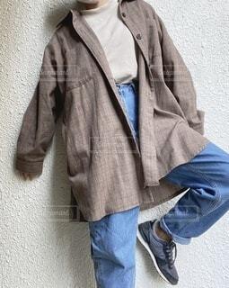 男性,ファッション,風景,コート,ジーンズ,人物,人,スカーフ,シャツ,コーディネート,コーデ,デニム,ライフスタイル,ジャケット,ネクタイ,首輪,ズボン,スリーブ,ポケット,着衣,カジュアルドレス,アウターウエア