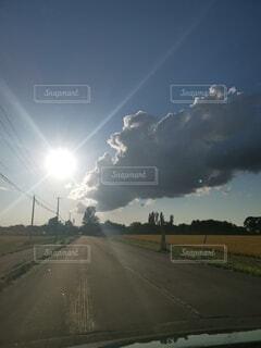 晴天の中に黒い雲の写真・画像素材[4767637]