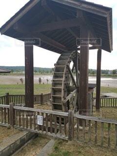 水の体に架かる木造の橋の写真・画像素材[4839183]