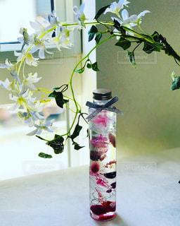 テーブルの上に花瓶の花の花束 - No.953010