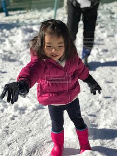 雪の中で立っている女の子 - No.1028062
