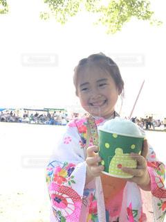 食べ物を食べている小さな女の子の写真・画像素材[2355406]