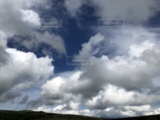 高原から。晴れ間を覗かせる空。の写真・画像素材[4762089]
