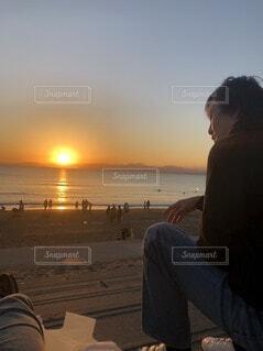 夕焼けを見つめる男の写真・画像素材[4757582]