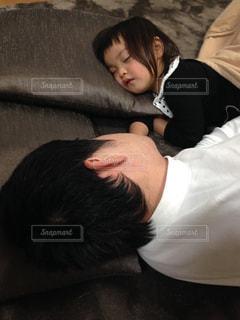 ソファーで寝ている人の写真・画像素材[2095636]