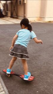 子ども,屋外,水色,涼しい,気持ちいい,夏服,乗り物に乗って,動きやすい