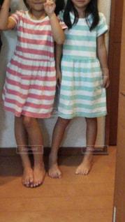 2人,女の子,ポーズ,双子コーデ,夏服,ピンクと緑