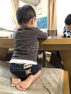 子ども,リビング,屋内,室内,勉強,少年,兄弟,自宅,自習,学習,リビング学習,自宅学習