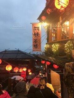 空,建物,夜景,屋外,都会,人物,人,旅行,台湾,明るい,千と千尋,テキスト,街路灯