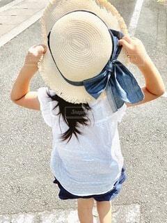 帽子をかぶった少女の写真・画像素材[4771086]