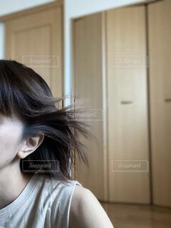 髪を冷風で乾かす女性の写真・画像素材[4760938]