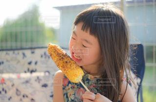 食べ物を食べている小さな女の子の写真・画像素材[4781658]