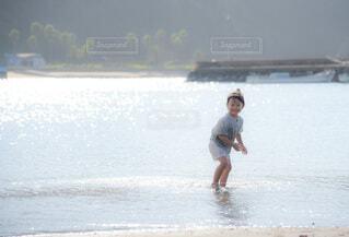 水の体の隣に立っている人の写真・画像素材[4796995]