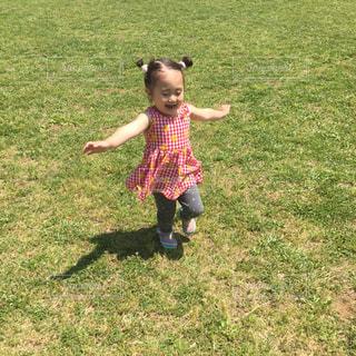 フリスビーで遊ぶ小さい子の写真・画像素材[706077]