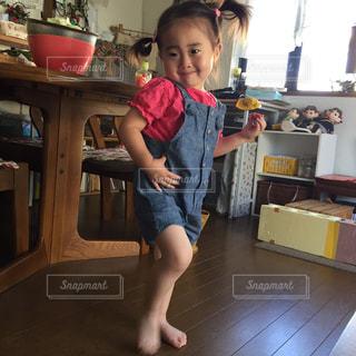 少年は台所に立って、の写真・画像素材[706089]