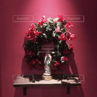テーブルの上のピンクの花で一杯の花瓶の写真・画像素材[851174]