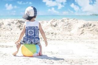 ビーチボールと少年の写真・画像素材[4761042]