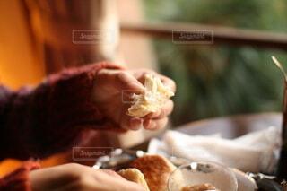 スコーンを手に取りちぎって食べるの写真・画像素材[4767653]