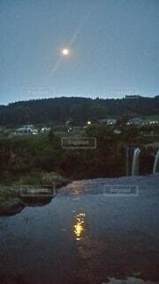 滝に落ちそうな月の写真・画像素材[4863437]