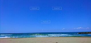 真夏の青空の下で聴く波の音の写真・画像素材[4762627]
