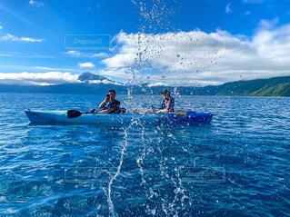 支笏湖でカヌーに乗っての写真・画像素材[4760627]