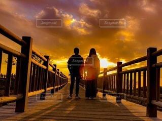 夕陽に向かっての写真・画像素材[4827378]