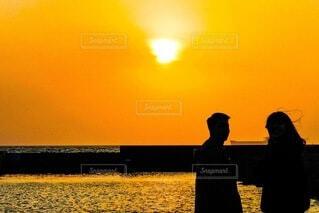 夕陽の前での写真・画像素材[4827382]