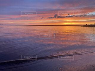 水の体に沈む夕日の写真・画像素材[4760601]