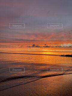 水の体に沈む夕日の写真・画像素材[4760603]