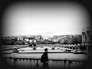 男性,1人,10代,20代,30代,ファッション,風景,アウトドア,空,建物,秋,冬,橋,海外,モノクロ,川,ヨーロッパ,白黒,観光,外国,旅行,フランス,パリ,セーヌ川