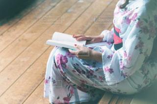 本を読んでいる女性 - No.742376