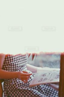 女性,ファッション,カフェ,夏,屋内,ワンピース,本,読書,雑誌,フィルム,日中,フィルム写真,おしゃれ,感光